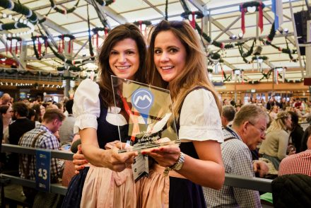 Catchys founders Magdalena Oehl and Franzi Majer happily present their Munich Startup Award.